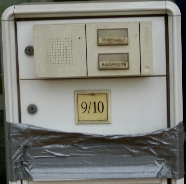 Und nun der beste Briefkasten und Klingeln für Sekretär und Hausmeister. Sind wieder Brieftauben eingeführt worden?