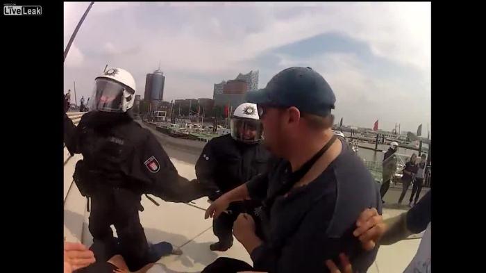 PolizistStehtAufNiegerschlagenen1