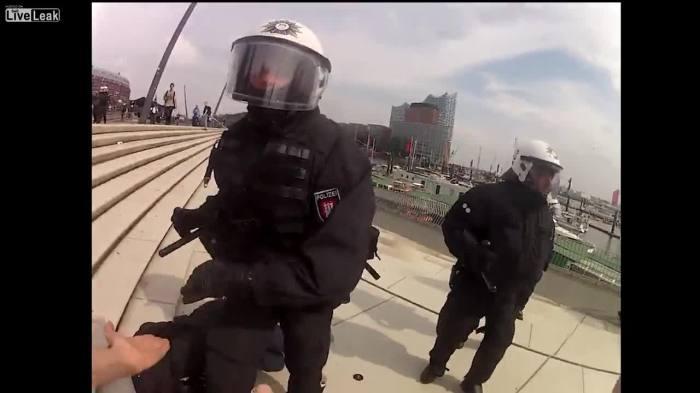 PolizistStehtAufNiegerschlagenen2
